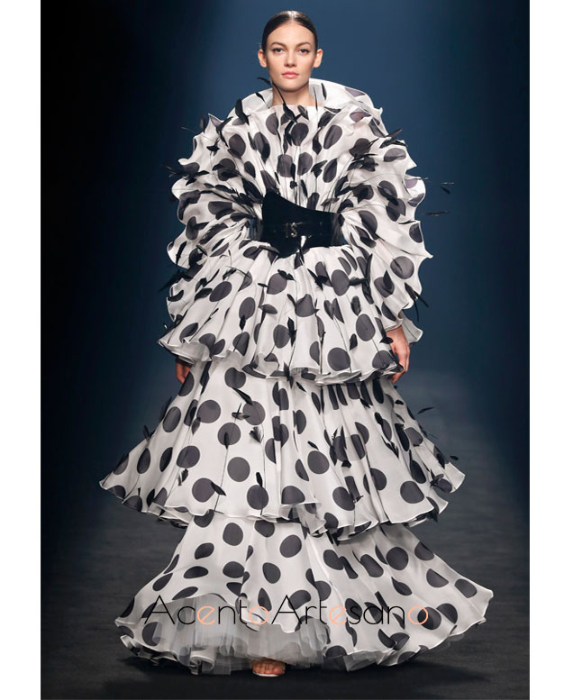 Vestido de volantes y lunares de Isabel Sanchís en la MBFWMadrid