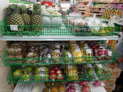 スーパーの果物コーナーにある種類はさすが。量が少ないのは、みんなここで買わないということか。
