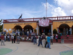Habitantes-de-San-Miguel-Chicahua-cierran-palacio-y-exigen-desaparicion-de-poderes-3