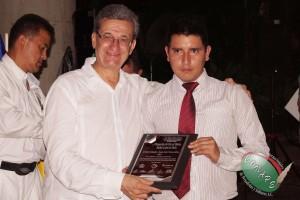 El periodista de Perú, Jorge Luis Nieves recibe Pergamino de manos de Rafael Loret de Mola