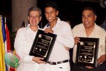 Vicepresidente de CONAPE, Alfredo Hdez. y Secretario de Imagen, Christian Glez. reciben pergamino de manos de Loret de M