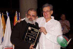 Vicepresidente de CONAPE en Chile, Roberto González Short recibe el Pergamino de Oro de manos de Rafael Loret de Mola