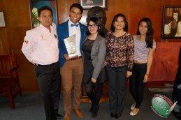 El galardonado Christian González acopañano por su familia