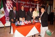 Sergio Rincón recibe el Pergamino de Oro Rafael Loret de Mola