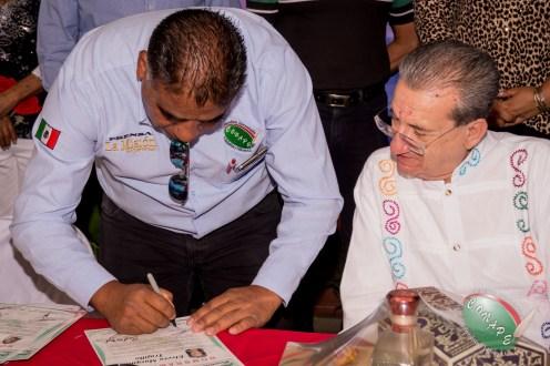 Vicepresidente de CONAPE, Alfredo Hernández firmando los nombramientos de los nuevos integrantes