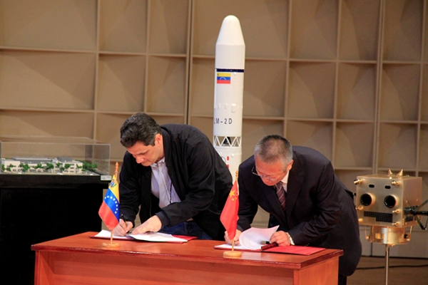 El ministro del Poder Popular para Educación Universitaria, Ciencia y Tecnología, Manuel Fernández firmó el contrato para la construcción del satélite con el embajador de China, Zhao Rongxian.