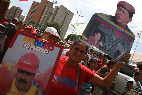 """""""Maduro es Pueblo"""", reza la pancarta que sostiene esta mujer, quien participó en la marcha de este 25 de octubre en Caracas"""