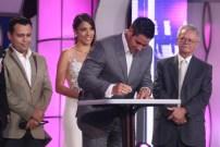 Presidente de TVES, Winston Vallenilla, firma convenio para transmitir producciones audiovisuales independientes. (Foto: Jesús Fernández)