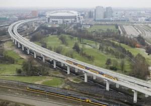 Utrecht Boog in Amsterdam op het moment dat de eerste trein er over rijdt.