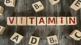 Auf dem Tisch liegen Klötze mit Buchstaben, die zusammen Vitamin ergeben
