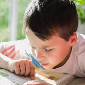 Kind beim lesen: Nährstoffdefizite können ADHS verstärken