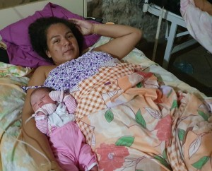 Madre e hija sanas tras la particular cesárea.