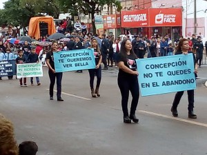 Crisis. Pancartas de protesta llenaron el tradicional desfile.