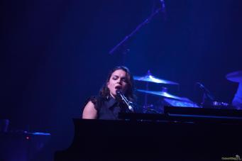 06 Norah Jones micro - Norah Jones, la voix rêveuse