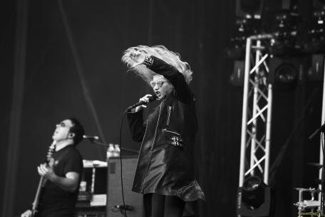 02 The Pretty Reckless cheveux main - Rock en Seine, l'excentrique