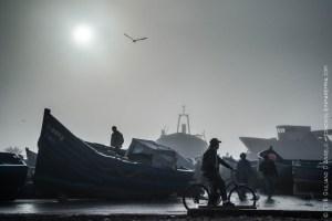 Barche da pesca e uomo in bicicletta