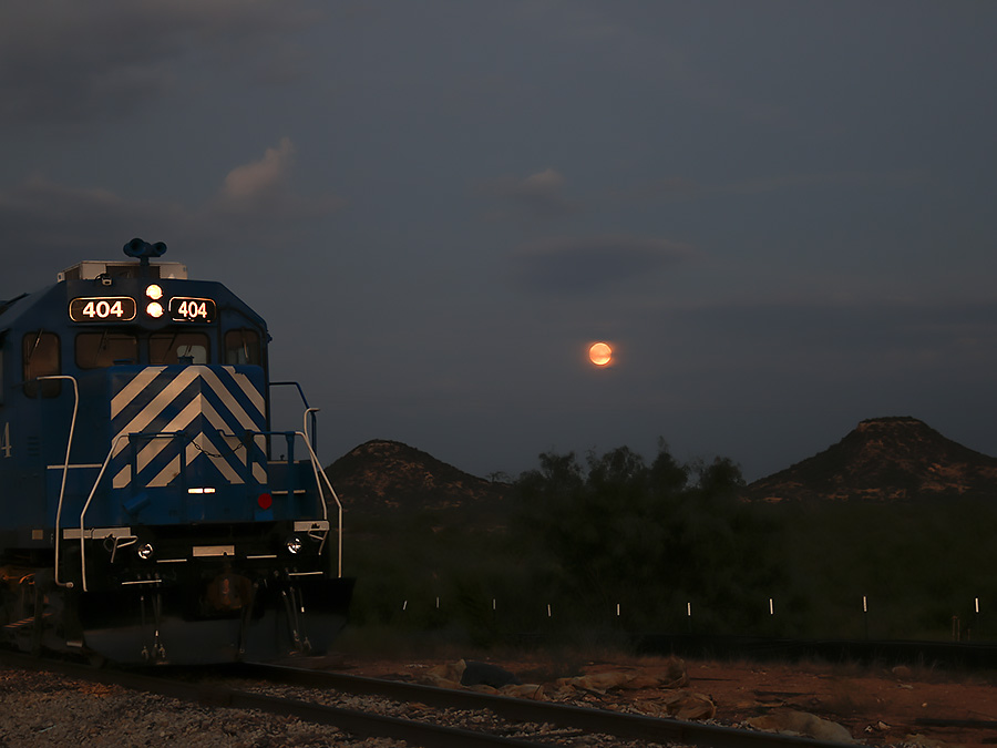 Train-Supermoon_1547640989645.jpg
