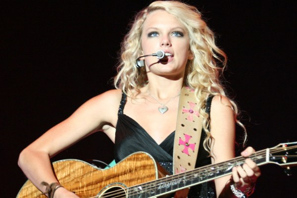 It's a love story: Taylor Swift kicks off re-recordings with 'Fearless (Taylor's Version)'