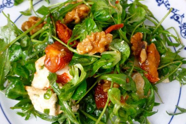 Ensalada de brotes con queso de cabra, nueces y tomates secos – receta