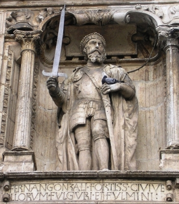 Estatua de Fernán González en el Arco de Santa María de Burgos