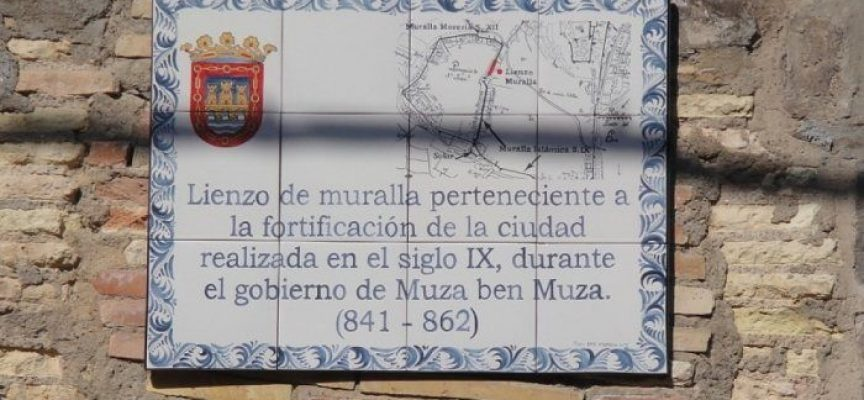 Placa conmemorativa en los restos de la muralla musulmana de Tudela