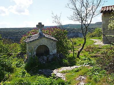 Monumento a la degollación de las santas Centola y Elena en las cercanías de su ermita