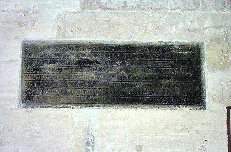 Lápida de Alfonso III sobre una fortificación construida po él. Actualmente en la catedral de Oviedo