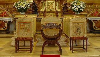 Sepulcro de Urraca Fernández, a la izquierda con el escudo de Castilla y León