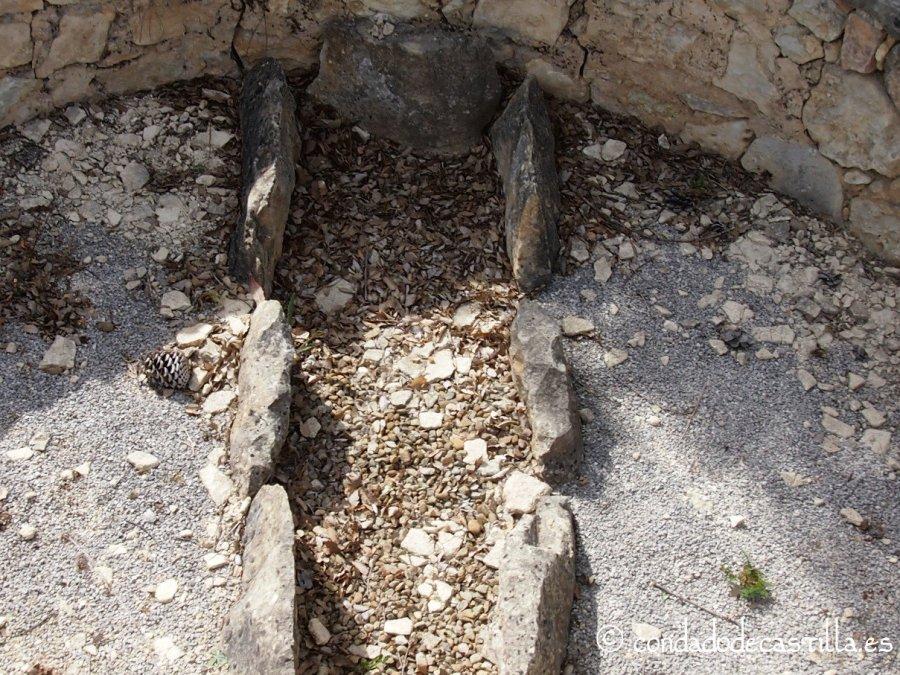 Tumba de lajas en el contra-ábside de Santa María de Mijangos