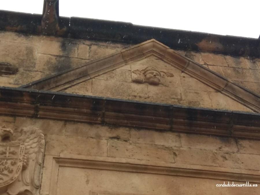 Frontón de la fachada de la Casa del Moro en Sepúlveda