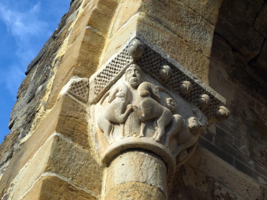 Unicornios enfrentados en un capitel románico de la iglesia románica de Bárcena de Pienza (Burgos)