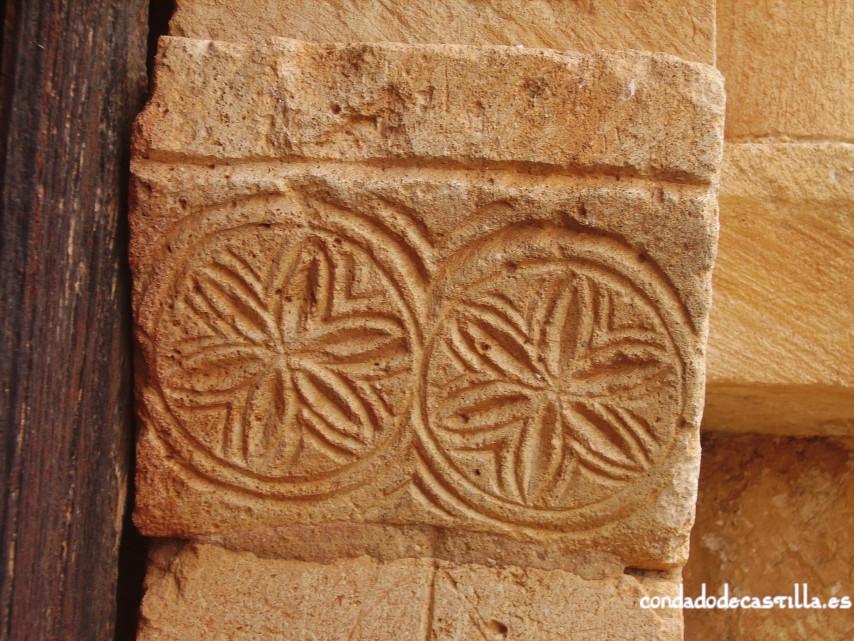 Decoración derecha portada de la Ermita del Santo Cristo