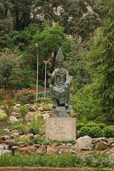 Estatua dedicada al Abad Oliba en Montserrat