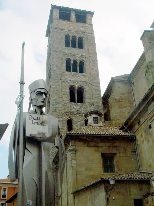 Campanario románico de San Pedro de Vic y estatua dedicada al Abad Oliba