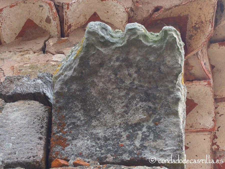Canecillo situado en la esquina del muro norte con el muro oeste (el número 15) de San Juan Bautista de Barbadillo del Mercado.