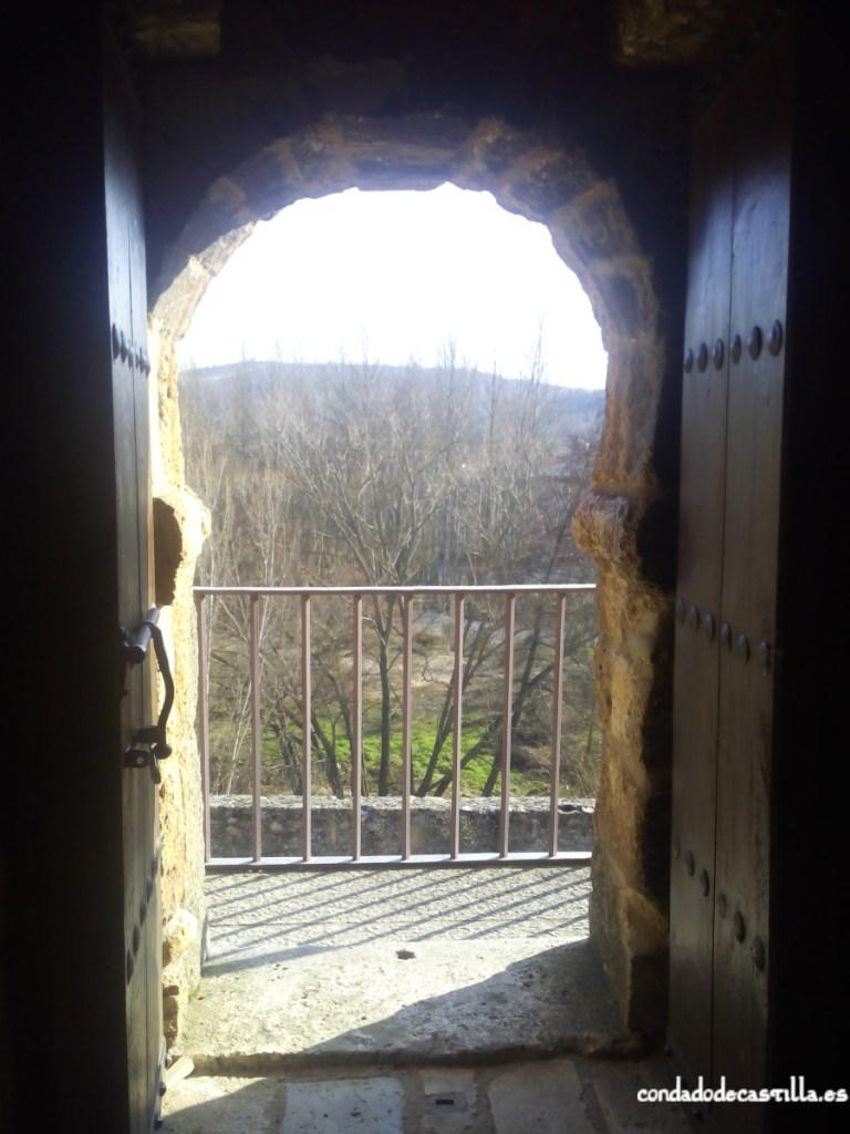Arco de herradura en el acceso al torreón de Covarrubias