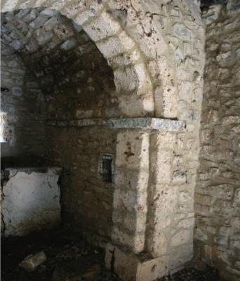 Arco triunfal interior con decoración pintada en San Andrés de Enterría (Cantabria)