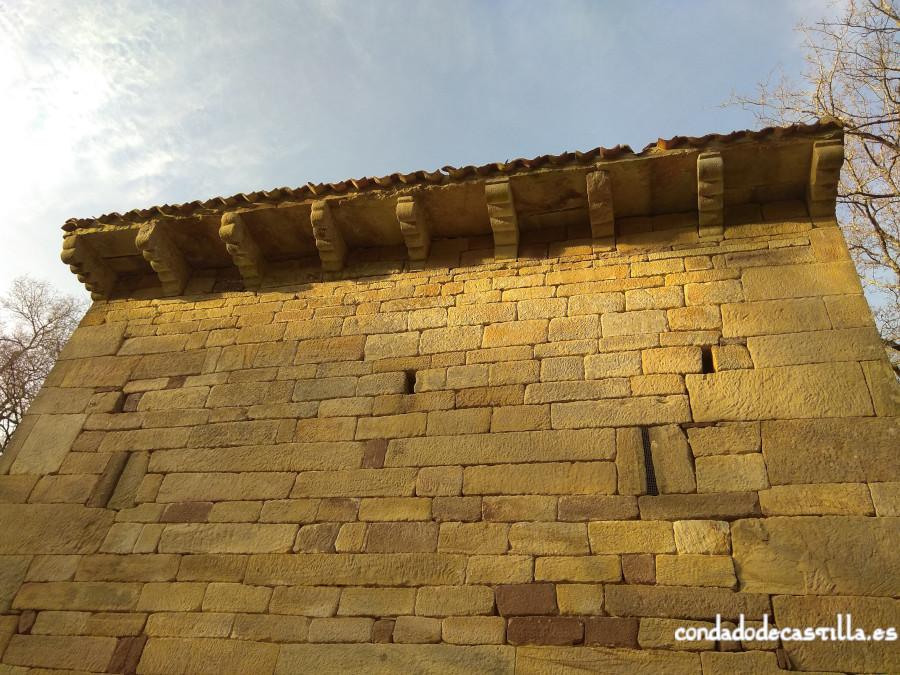 Modillones y vanos del muro sur de San Román de Moroso