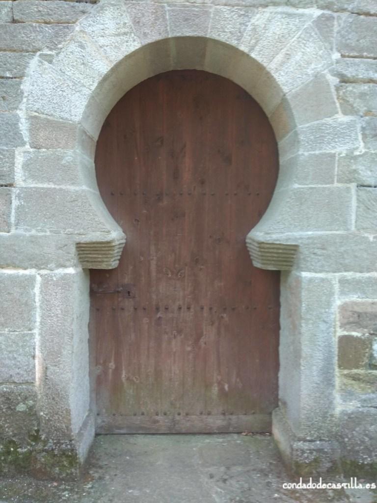Puerta de acceso en el muro norte de San Román de Moroso