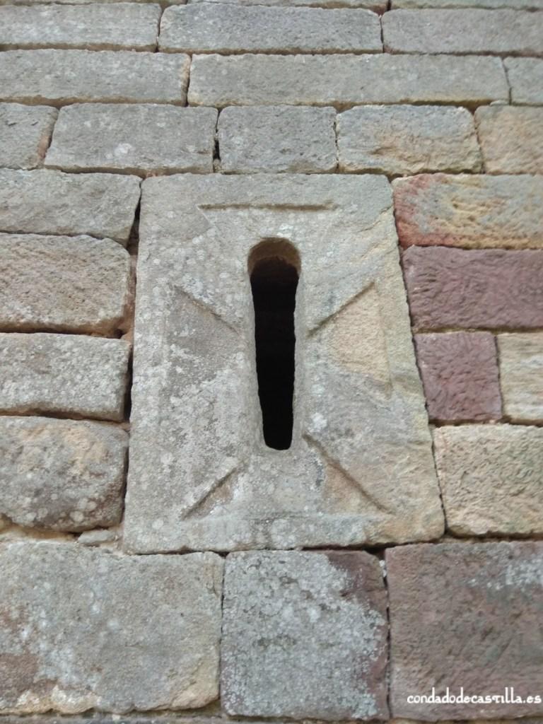 Ventana del muro este del ábside de San Román de Moroso