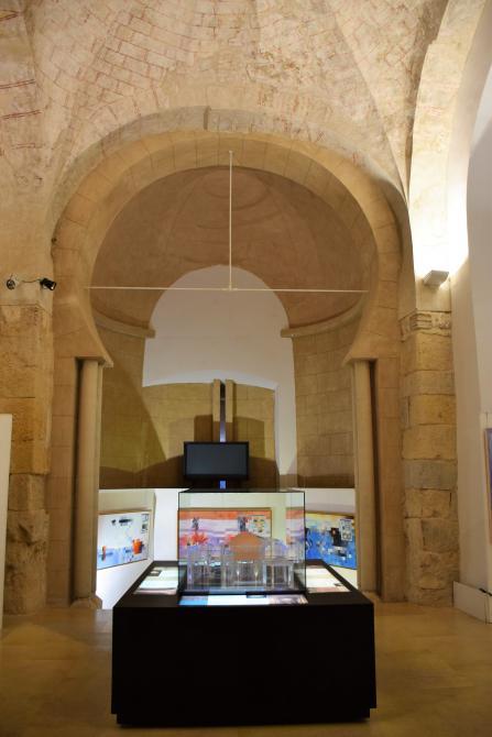 Arco triunfal de herradura reconstruido de la iglesia de San Salvador de Palat del Rey