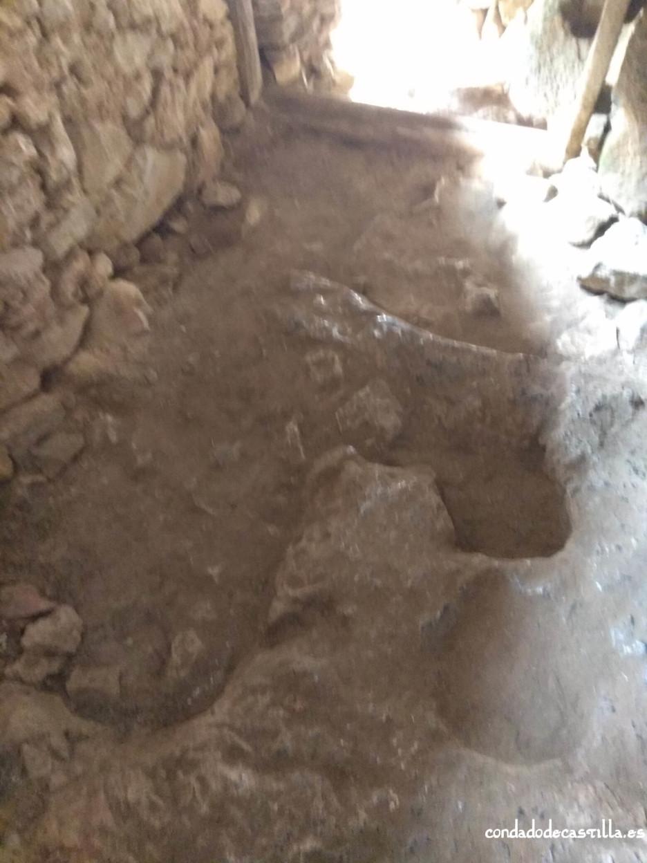 Oquedades en el suelo de la nave rupestre de San Juan de Socueva