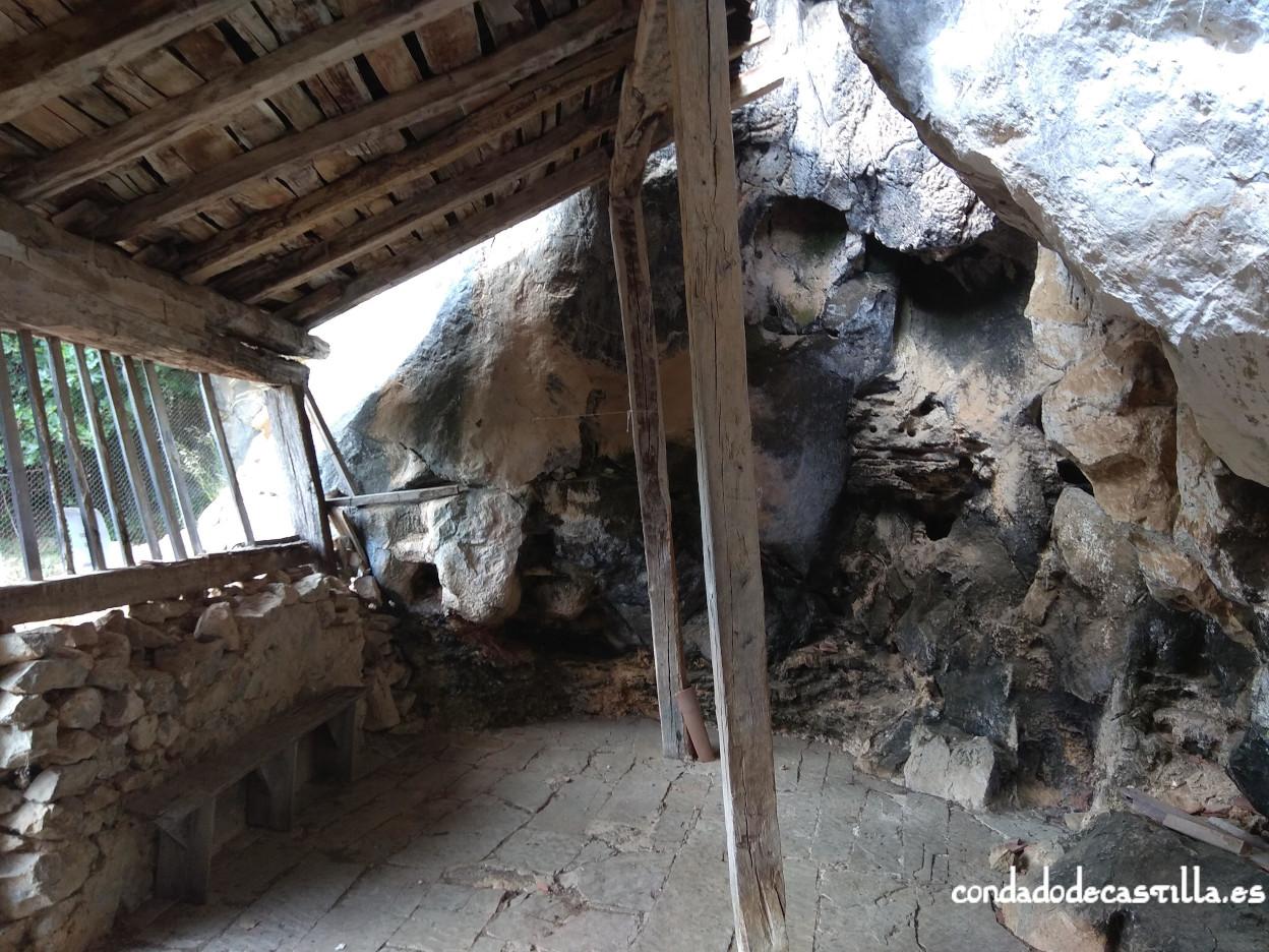 Interior del atrio de San Juan de Socueva
