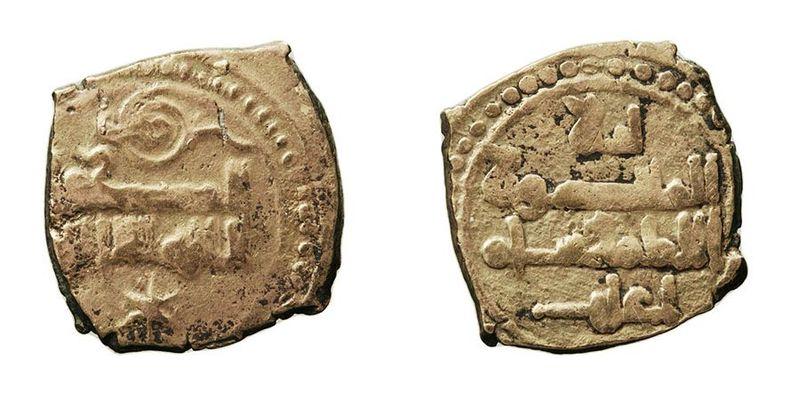 Fracción de dinar acuñada en electrón (aleación de oro y plata) durante el reinado de Yaḥyà I Al Mamun, rey de la Taifa de Toledo y Valencia. Año 435-467 de la Hégira.