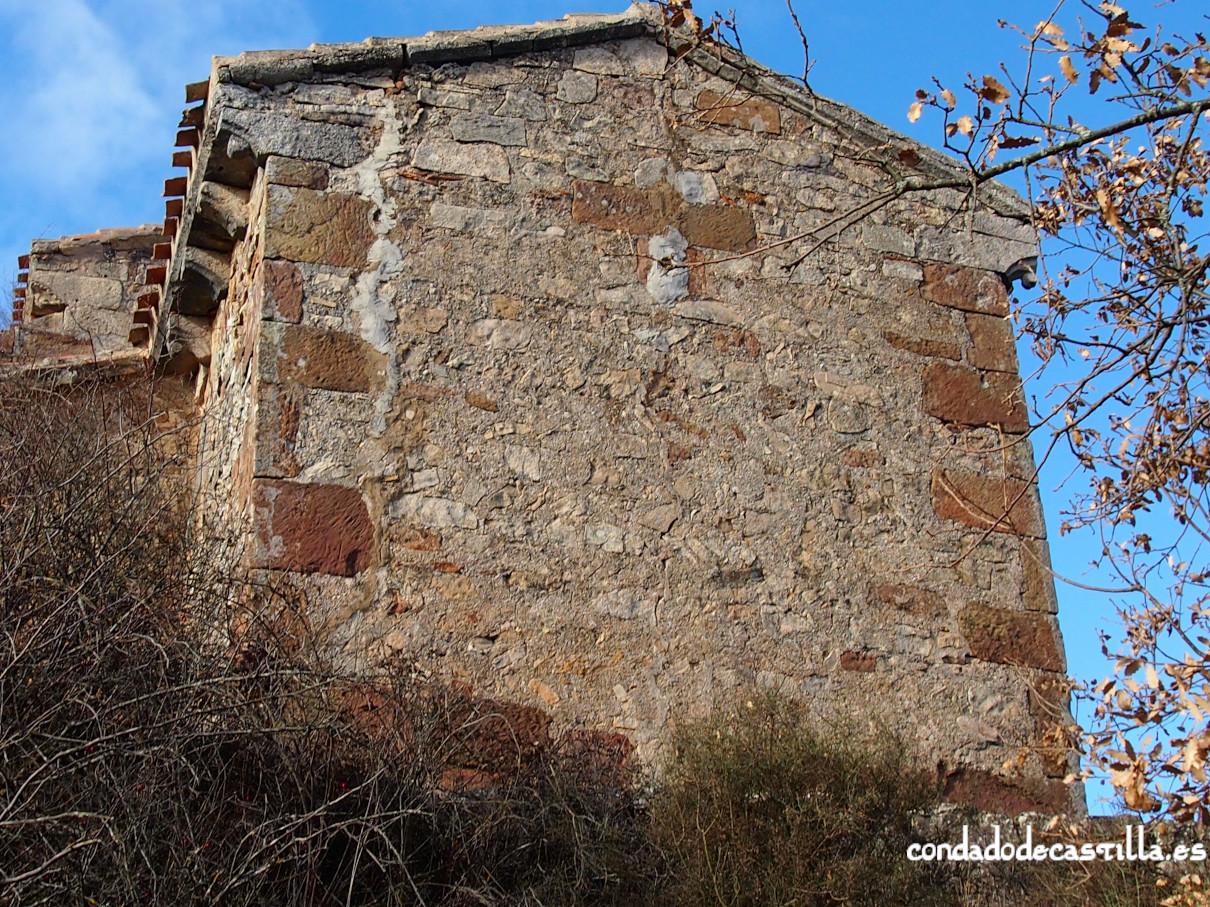 Ventana tapiada en el ábside de la ermita de la Virgen del Cerro