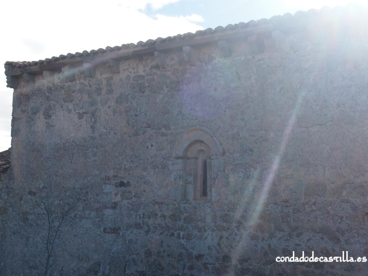 Canecillos y ventana del muro norte.  Ermita de la Virgen del Cerro. Cueva de Juarros
