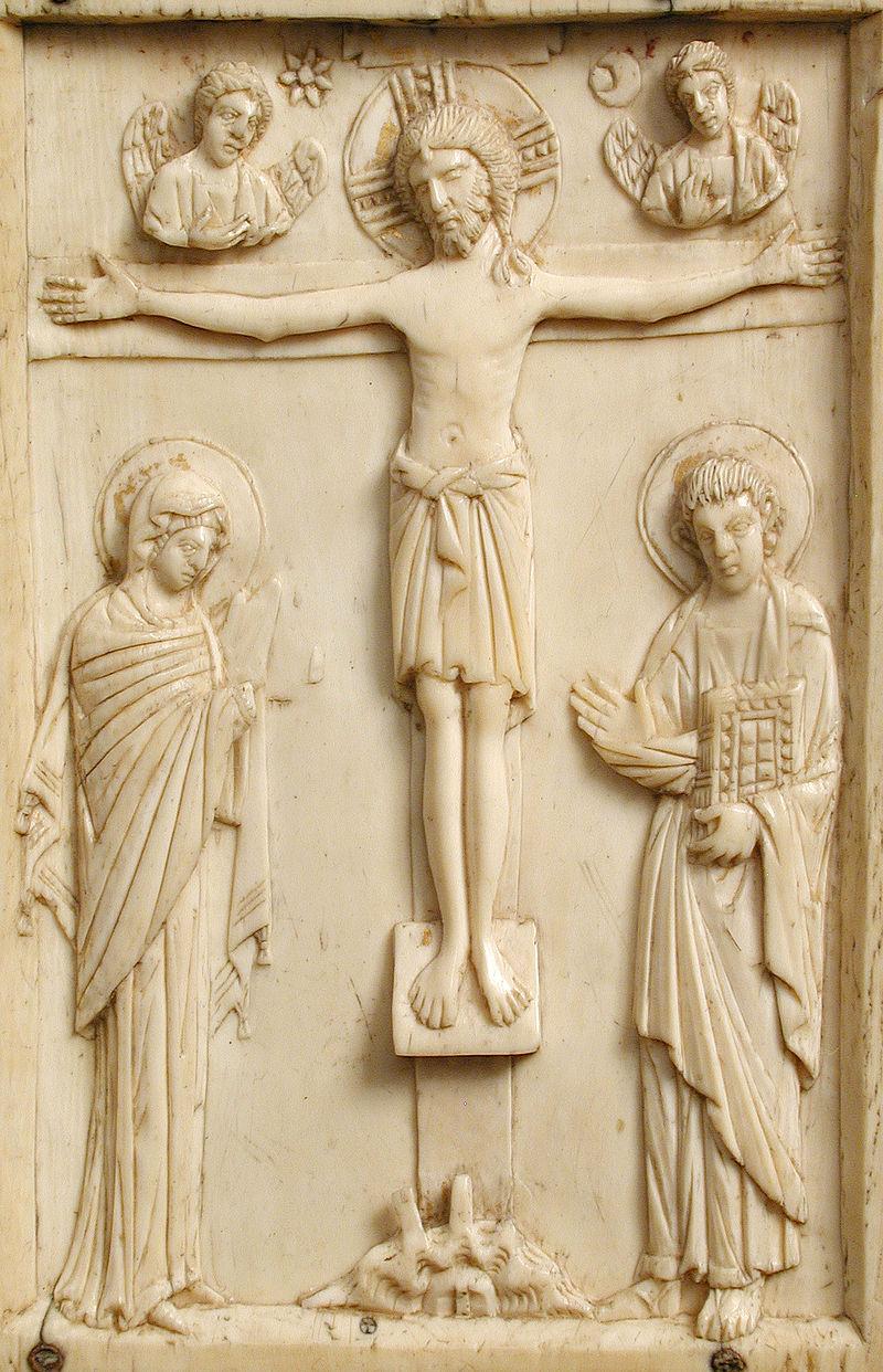 Crucifixión bizantina en marfil. Detalle de una de las dos cubiertas del Evangelario de la reina de Aragón Felicia de Roucy.
