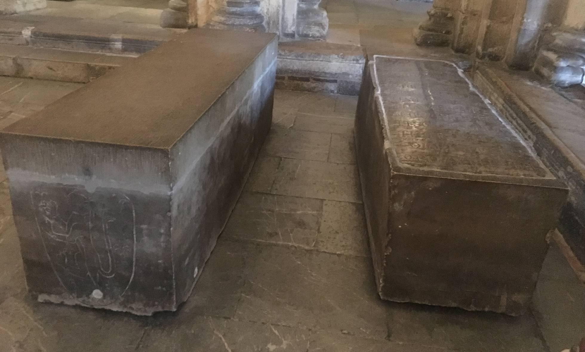 Sepulcros de Bermudo III (izquierda) y Alfonso V en el panteón real de San Isidoro de León