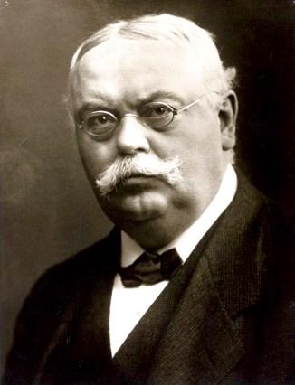 August Oetker (1862-1918) füllte ab 1893 sein Backpulver ab und legte damit den unternehmerischen Grundstein für die heutige Oetker-Gruppe.