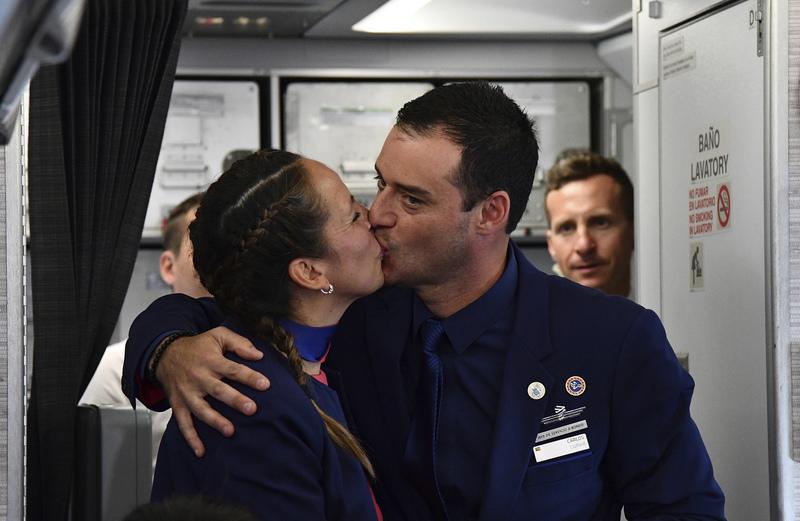 Die beiden Flubegleiter Carlos Ciuffardi (r) und Paola Podest küssen sich am 18.01.2018 uuf dem Flug von Santiago de Chile nach Iquique, nachdem der Papst sie getraut hatte.  Foto: Vincenzo Pinto,/AP Pool/dpa